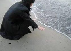 прикосновение к воде вызывает страх у девушки