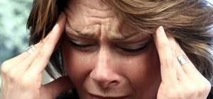 женщину мучают воспоминания психотравмирующей ситуации