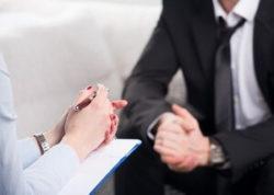 психиатр разбирается в проблемах пациента