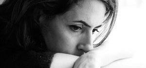 женщина находится в эмоционально подавленном состоянии
