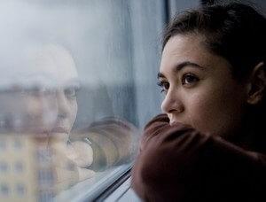 женщину тревожит собственное одиночество