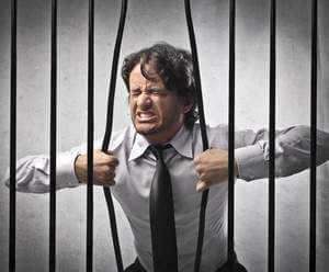 мужчина стремится выбраться из заточения, чтобы постоянно присутствовать в обществе