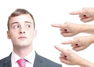 мужчина избегает общения с людьми