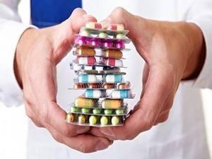 врач держит пластины с капсулами
