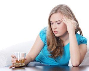 у девушки тяжелое психоэмоциональное состояние из-за злоупотребления спиртным