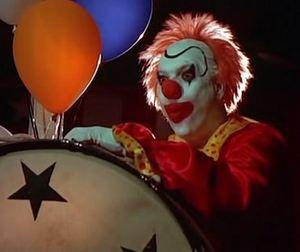 клоун, барабан и шарик