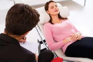 психотерапевт борется со страхами клиентки