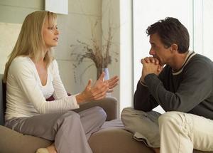 женщина рассказывает психологу о своих страхах