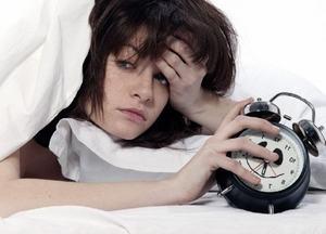 женщина страдает от хронического недостатка сна