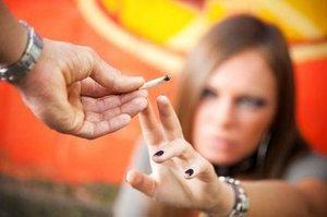 парень дает девушке сигарету