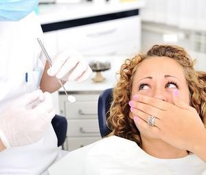 клиентка стоматолога не может расслабиться