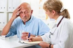 мужчина жалуется врачу на плохое самочувствие