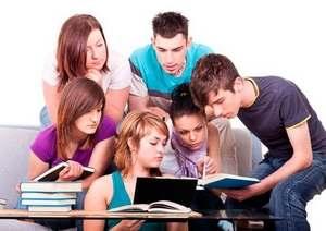 студенты обсуждают результаты контрольной