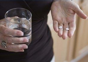 таблетки на руке женщины