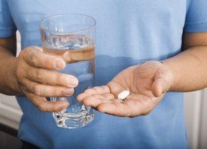 таблетки в руках мужчины