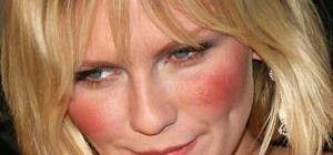 у женщины покрасневшее лицо