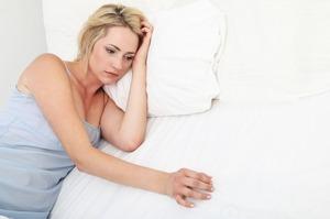 женщина страдает из-за недостатка сна