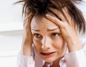 женщина испытывает сильную тревогу и страх