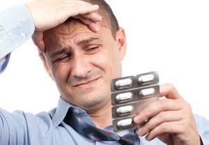 мужчина принимает антидепрессанты