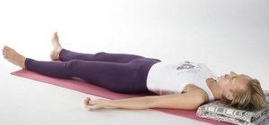 женщина лежит на гимнастическом коврике