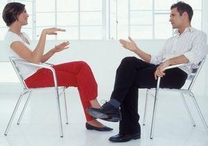 женщина и мужчина общаются