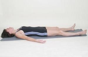 девушка, полностью расслабившись, лежит на полу