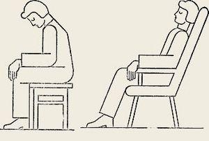 женщина удобно разместилась в кресле