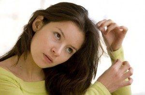 молодая девушка тянет волосы