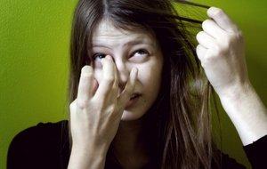 у девушки преобладает желание вырывать волосы