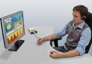 мужчина смотрит на экран монитора