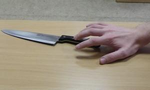 рука тянется к ножу