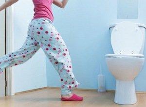 девушка спешит в туалет