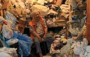 много мусора возле пожилой женщины
