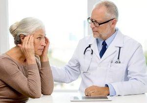 пациентка общается с врачом