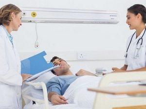 врачи возле пациента