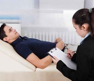 психолог разбирается с проблемами пациента