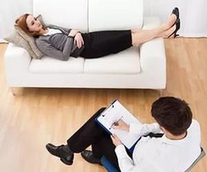 девушка на приеме у психолога