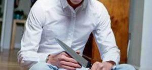парень держит нож