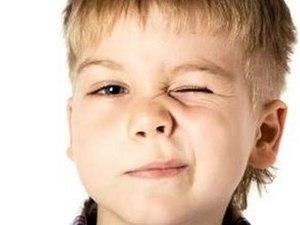 у мальчика закрыт один глаз