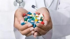горсть таблеток и капсул