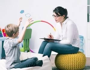 женщина беседует с ребенком
