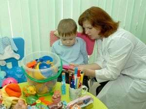 женщина выясняет возможности ребенка
