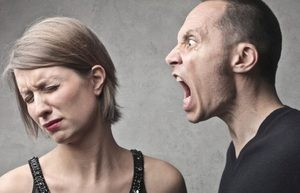 мужчина не контролирует эмоции