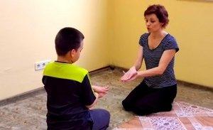 врач проверяет способности ребенка