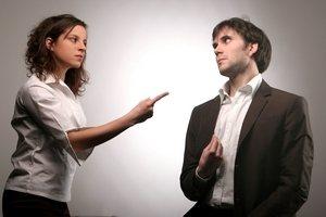женщина ворчит и возмущается