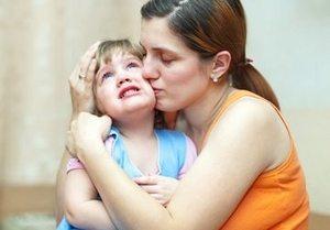 мать обнимает и успокаивает дочь