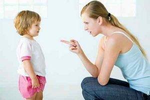 мама делает замечание дочери