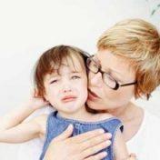 мать успокаивает дочь