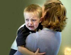 мать успокаивает сына