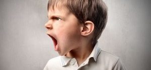 мальчик агрессирует